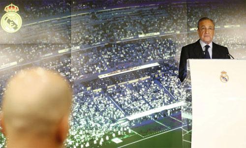 Zidane (trái) dõi theo Perez phát biểu trong ngày công bố quyết định tái xuất. Ảnh: Marca