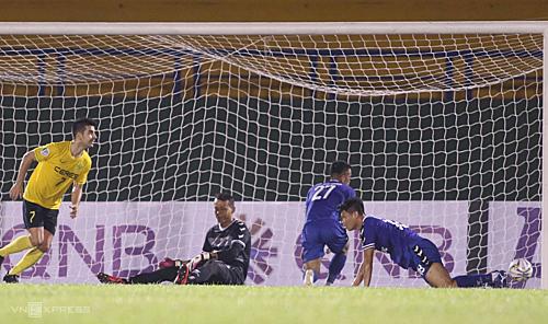 HLV Trần Minh Chiến cho rằng, Bùi Tấn Trường đã không làm chủ được khu vực 5m50 khiến đội bóng nhận ba bàn thua.