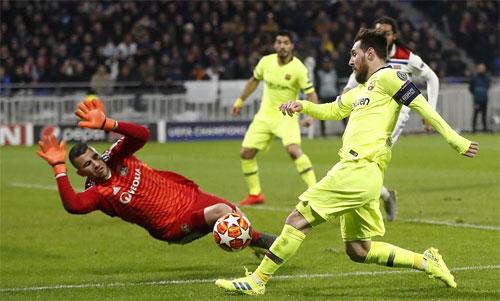 Messi và đồng đội cần tìm cách khoan thủng hàng thủ Lyon, nếu không sẽ phải đối mặt với nguy cơ bị loại. Ảnh: Reuters