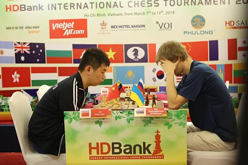 Vương (trái) vượt qua Bogdanovich ở ván đấu kéo dài 84 nước cờ.