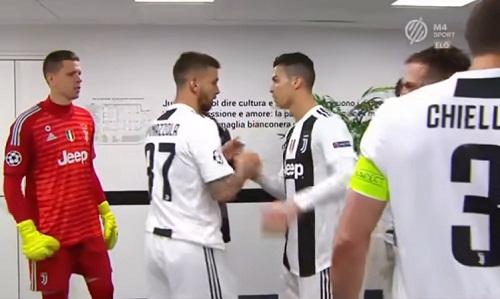 Ronaldo động viên từng đồng đội trước khi trở lại sân thi đấu. Ảnh chụp màn hình.
