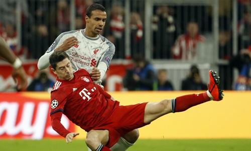 Lewandowski (áo đỏ) gần như đói bóng trong suốt 90 phút. Ảnh: Reuters.