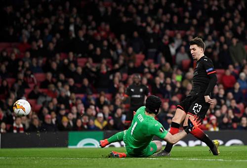 Cech cản phá cú dứt điểm đối mặt của Hunou. Ảnh:Reuters.