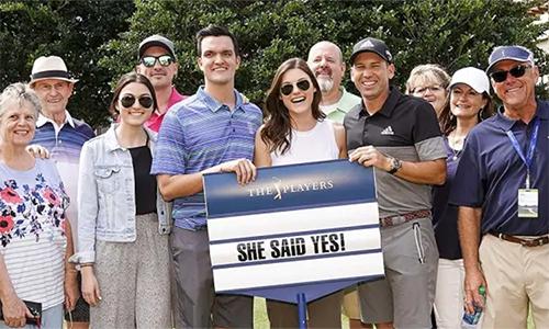 Garcia (đồ đen xám) cùng những người thân của Baxley và Fonseca. Ảnh: Golf Channel.
