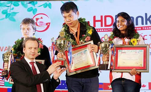 Ông Dvorkovich trao giải cho nhà vô địch bảng Masters Wang Hao.
