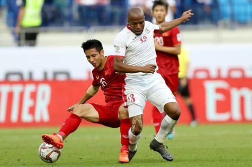 Hùng Dũng (áo đỏ) thuộc số ít tiền vệ chơi công thủ toàn diện của Việt Nam hiện nay. Ảnh: Đức Đồng.
