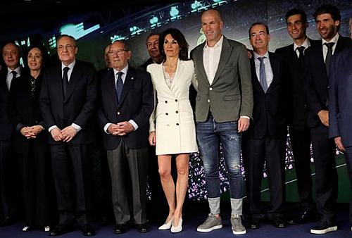 Giữa một dàn những nhân vật ăn mặc lịch, Zidane chọn cho mình bộ trang phục kỳ dị - nhưng nó cho thấy sự thoải mái của ông khi trở lại Real.