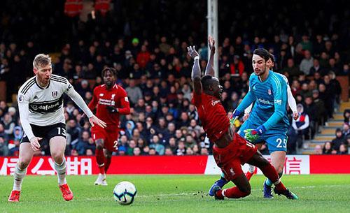 Tình huống ôm Mane trong cấm địa của thủ thành Rico dẫn tới phạt đền cho Liverpool. Ảnh: Reuters.