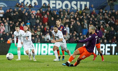 Aguero thực hiện cú đá phạt đền dẫn tới bàn gỡ hòa cho Man City. Ảnh:Reuters.