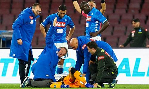 Ospina gục ngã trên sân. Ảnh:Reuters.