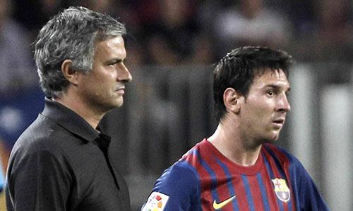 Mourinho (trái) nhiều lần đối đầu Messi vào giữa thập niên 2000. Ảnh: Reuters.