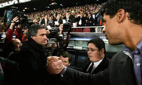 Mourinho (trái) đối đầu Rijkaard bốn lần trong hơn banăm dẫn dắt Chelsea. Ảnh: Reuters.