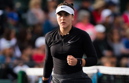 Andreescu đeo một lọn tóc ở khuỷu tay phải ở bán kết Indian Wells. Ảnh: Reuters.