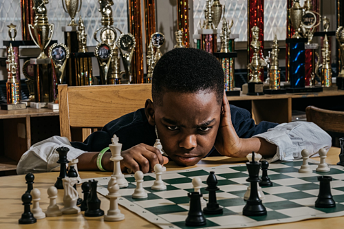 Tani vô địch ở giải đấu quy tụ những kỳ thủ lớn hơn cậu bé hai, ba tuổi. Ảnh: NYT.