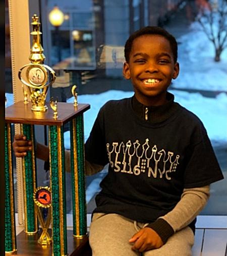 Tani bên cạnh chiếc cup vô địch giải cờ vua tiểu học New York 2019. Ảnh: RM.