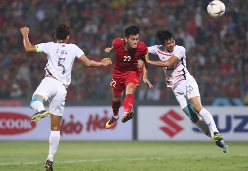 Tiến Linh (áo đỏ) chấn thương, không kịp bình phục hoàn toàn cho vòng loại U23 châu Á 2020.