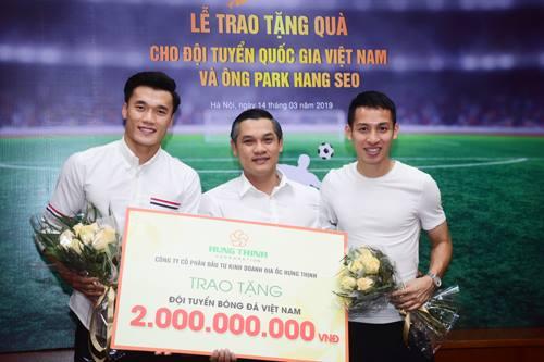 Thủ môn Bùi Tiến Dũng và cầu thủ Đỗ Hùng Dũng tại sự kiện nhận thưởng 2,5 tỷ đồng từ Hung Thinh Corp mới đây.