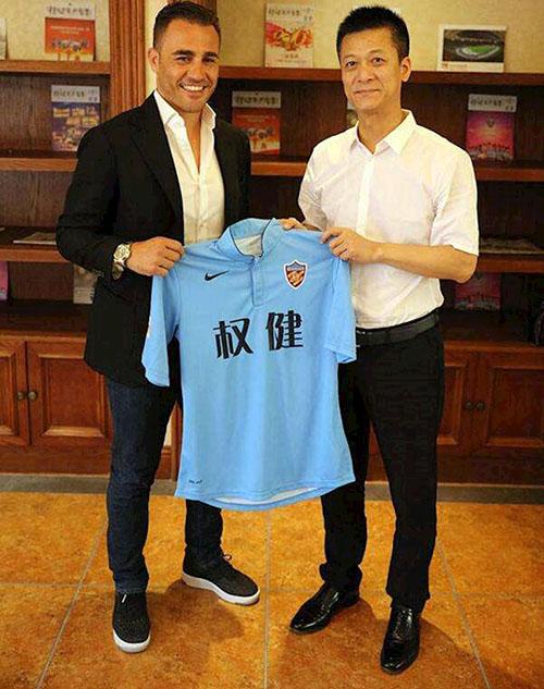 Cannavaro (trái) bên cạnh ông chủ Thúc Dục Huy ngày được bổ nhiệm làm HLV Thiên Tân.