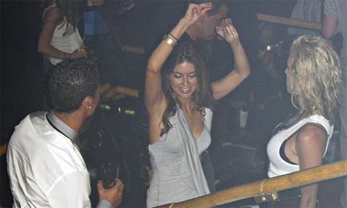 Ronaldo (trái) vui vẻ với Kathryn Mayorga (giữa) trong buổi tiệc trước khi người đẹp Mỹ tố bị siêu sao bóng đá cưỡng hiếp.
