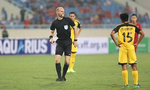 Trọng tài Sherzod nhăn nhó sau khi va vào cầu thủ Brunei. Ảnh: Xuân Bình.