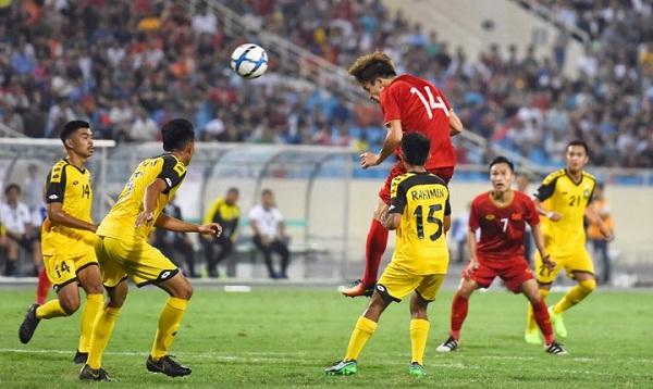 Việt Nam tận dụng triệt để lợi thế chiều cao trước Brunei. Ảnh: Giang Huy.