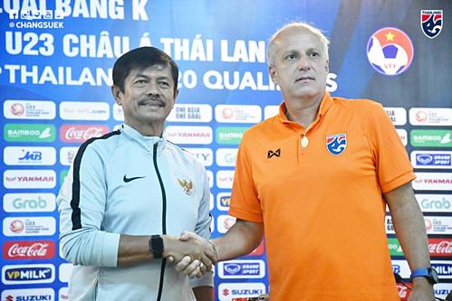 HLV Gama (phải)bắt tay với HLV Sjafri (trái) trước thềm trận mở màn bảng K, vòng loại U23 châu Á 2020.