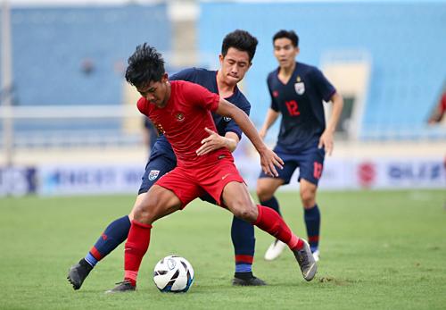 Indonesia (áo đỏ) vỡ trận trước Thái Lan ngày ra quân. Ảnh: Lâm Thỏa.
