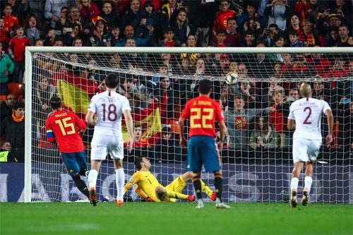 Ramos bấm bóng điệu nghệ trên chấm 11m.