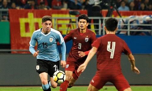 Thái Lan không thể bắt kịp đẳng cấp của Uruguay. Ảnh: AFP.