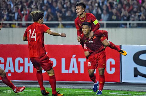Hà Đức Chinh (số 18) là người ghi bàn thắng có ý nghĩa bước ngoặt của trận đấu. Ảnh: Giang Huy.