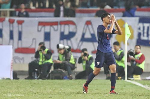 Tiền đạo Thái Lan chắp tay xin lỗi trước khi rời sân. Ảnh:Xuân Bình.