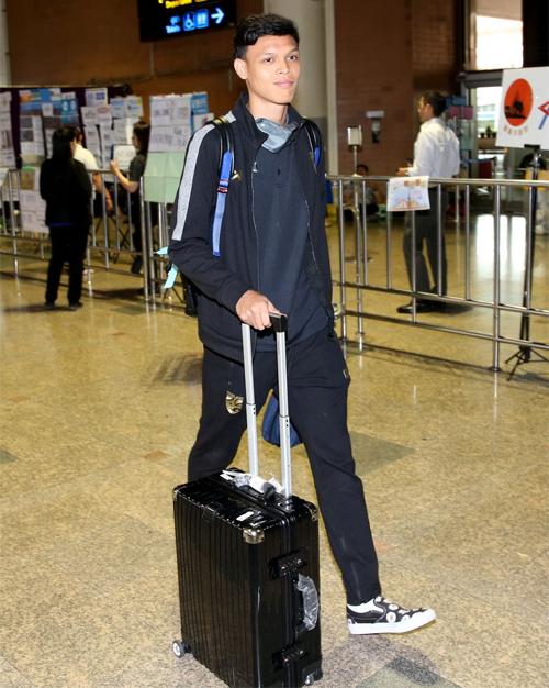 Supachai tươi cười với truyền thông khi trở về Thái Lan trưa 27/3. Ảnh: Siam Sport.