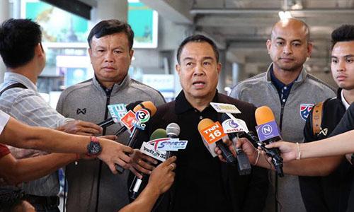 Chủ tịch FAT, ông Somyot bên cạnh HLV tạm quyền đội tuyển Thái Lan Sirisak (trái).