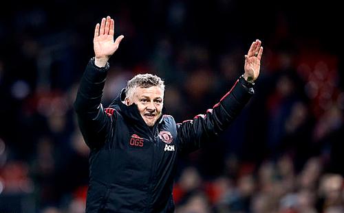 Sự xuất hiện của Solskjaer mang lại niềm vui cho sân Old Trafford. Ảnh:PA.