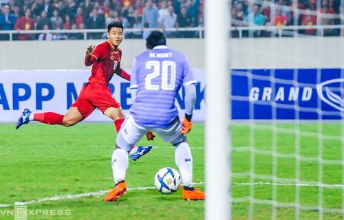 Đức Chinh dứt điểm mở tỷ số, giúp Việt Nam đánh bại Thái Lan 4-0, giành ngôi đầu bảng K cùng tấm vé dự vòng chung kết U23 châu Á 2010 tối 26/3. Ảnh: Công Dụng