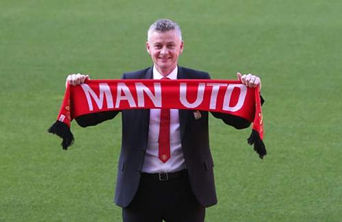 Solskjaer chụp ảnh trên sân Old Trafford sau lễ ký hợp đồng. Ảnh:AFP.