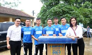 Cầu thủ Quảng Ninh lần đầu đi làm từ thiện cùng ông bầu