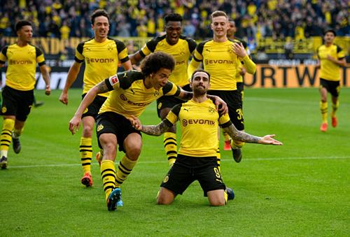 Cầu thủ Dortmund chia vui cùng Alcacer sau bàn thắng muộn. Ảnh:Reuters.