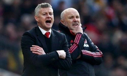 Solskjaer (trái) tỏ ra căng thẳng và lo lắng khi tiếp Watford. Ảnh: EPA.