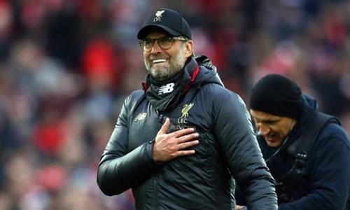 Klopp vui mừng khi giành trọn ba điểm trước Tottenham. Ảnh: Reuters.