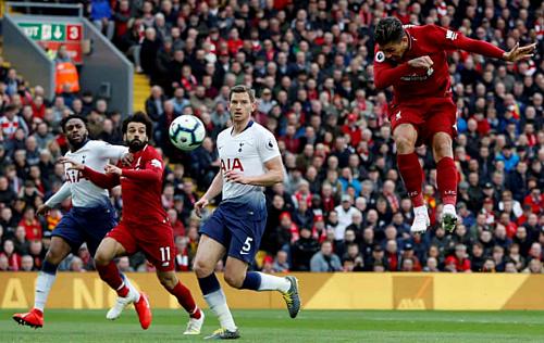 Firmino (phải) đánh đầu mở tỷ số. Đây là bàn thắng thứ 12 của anh ở Ngoại hạng Anh mùa này. Ảnh: Reuters.