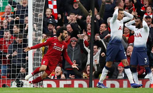 Niềm vui của Salah sau khi Alderweireld phản lưới ở phút 90. Ảnh: Reuters.