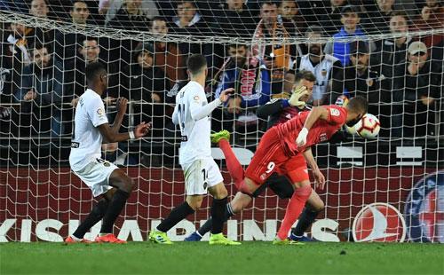 Bàn gỡ muộn màng của Benzema.