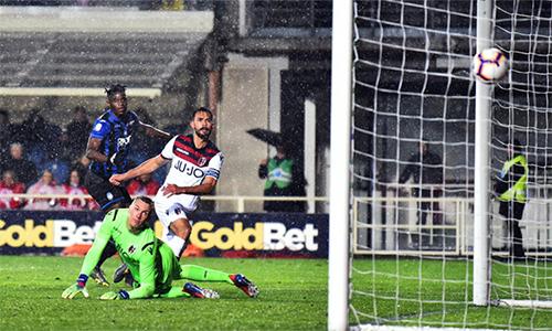 Zapata (áo xanh đen) ghi bàn thứ 20 của anh tại Serie A mùa này với cú ra chân nâng tỷ số lên 4-0 ở phút 15. Ảnh: La Presse.