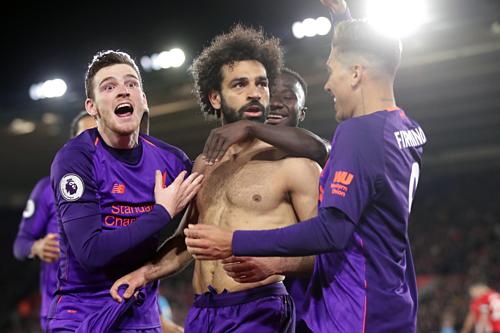 Đồng đội chung vui sau khi Salah chấm dứt chuỗi trận tịt ngòi. Ảnh:AFP.
