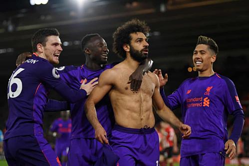 Salah cởi áo chia vui bàn thắnggiúp Liverpool ngược dòng thành công. Ảnh:AFP.