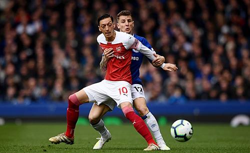 Ozil (đỏ trắng) và các đồng đội đã có một trận đấu tệ hại bậc nhất dưới thời Emery.