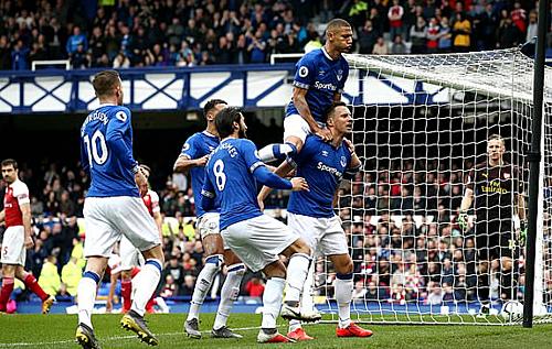 Các cầu thủ Everton mừng bàn mở tỷ số.