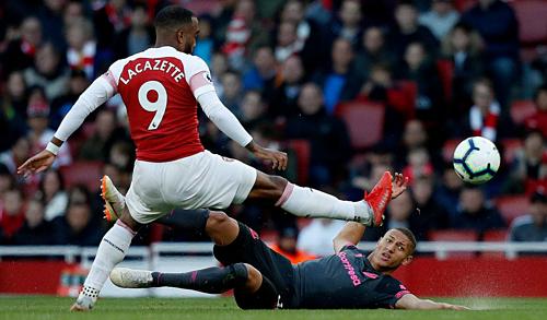 Arsenal (áo đỏ)thắng ở bốn trận gần nhất gặp Everton. Ảnh: AFP.