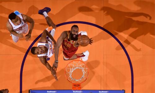 Ngôi sao James Harden (đỏ) đóng góp 30 điểm trong trận gặp Suns. Ảnh: Reuters.